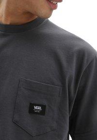 Vans - MN WOVEN PATCH POCKET M - T-shirt med print - asphalt - 2