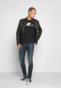 Replay - T-shirt con stampa - nearly black - 1