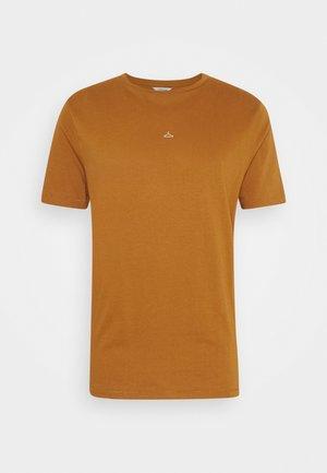 HANGER TEE - T-shirts - roasted pecan