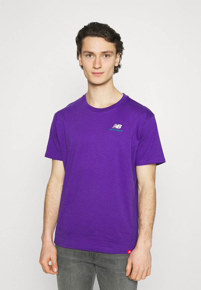 New Balance - ESSENTIALS EMBROIDERED TEE - T-shirt - bas - prism purple