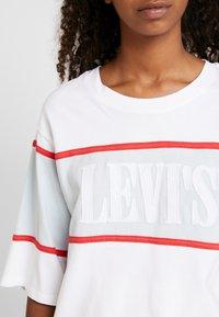 Levi's® - CAMERON TEE - Camiseta estampada - white/baby blue/tomato - 5
