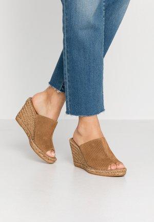 WAYFARER CORDUROY MULE - Pantofle na podpatku - camel