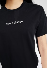 New Balance - ATHLETICS CLASSIC LAYERING - Print T-shirt - black - 5