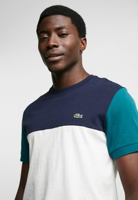 Lacoste - T-shirt print - farine/marine pin - 3
