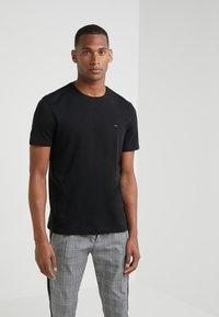 Michael Kors - SLEEK CREW NECK  - T-shirts - black - 0