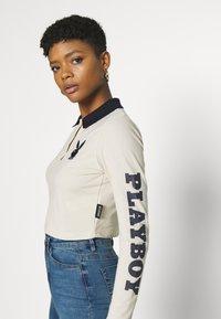 Missguided - PLAYBOY VARSITY CROP - Polo shirt - stone - 4