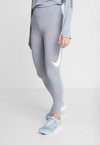 Nike Performance - SWOOSH-RUNNING TIGHT  - Medias - particle grey - 0