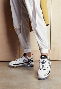 Nike Sportswear - AIR MAX VAPORMAX EVO - Trainers - white/tech grey/midnight navy/hyper blue - 4