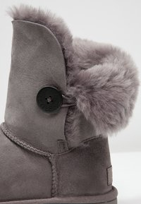 UGG - BAILEY BUTTON II - Classic ankle boots - grey - 6
