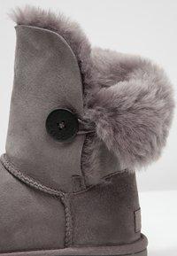 UGG - BAILEY BUTTON II - Kotníkové boty - grey - 6