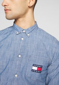 Tommy Jeans - TJM CHAMBRAY BADGE SHIRT - Shirt - mid indigo - 5