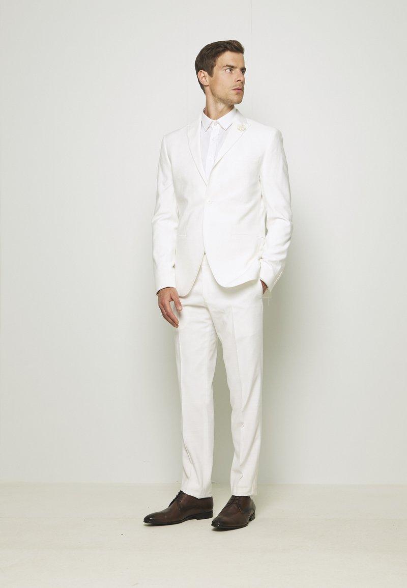 Isaac Dewhirst - WHITE WEDDING SLIM FIT SUIT - Kostym - white