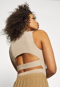 Missguided Tall - TEXTURED CUT OUT BACK - Top - taupe
