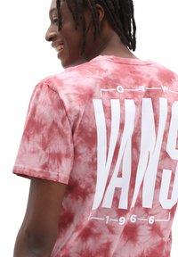 Vans - MN TALL TYPE SS - Print T-shirt - pomegranate/tie dye - 1