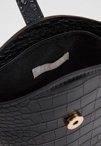 Pieces - PCMELON MINI SHOPPER - Across body bag - black/gold - 3
