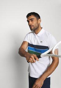 Lacoste Sport - RAINBOW STRIPES - Poloshirt - blanc /vert/bleu/bleu marine - 4