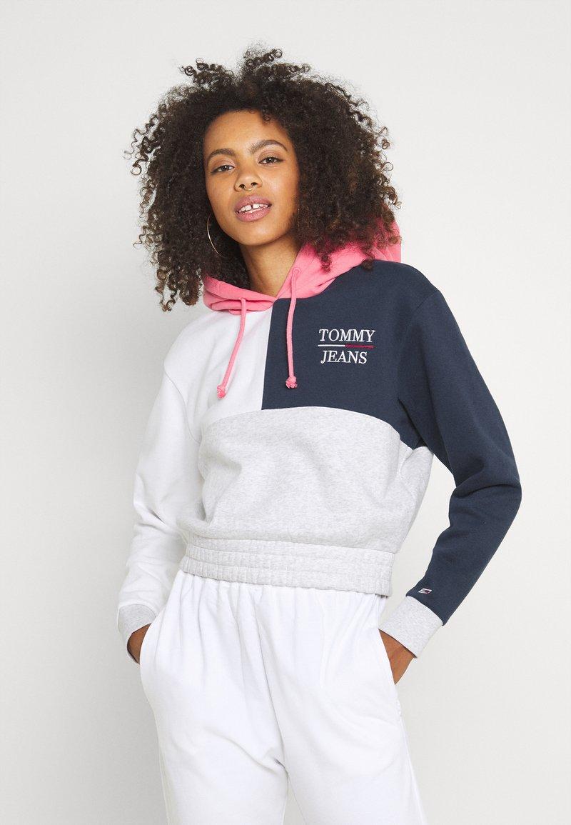 Tommy Jeans - CROP COLORBLOCK LOGO HOODIE - Sweatshirt - silver grey/multi