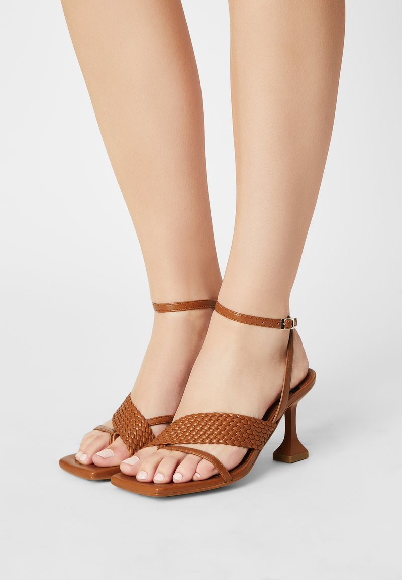 ÁNGEL ALARCÓN - VEGAN - Sandály s odděleným palcem - tabaco