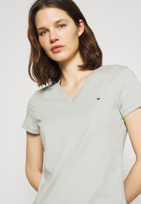 Tommy Hilfiger - NEW VNECK TEE - T-shirt print - delicate jade - 3