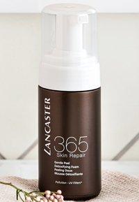 Lancaster Beauty - 365 SKIN REPAIR PEEL FOAM - Face scrub - - - 3
