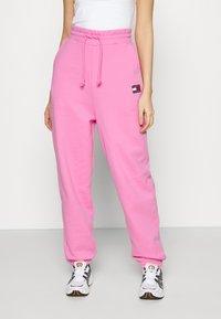 Tommy Jeans - RELAXED BADGE - Pantalon de survêtement - pink daisy - 0