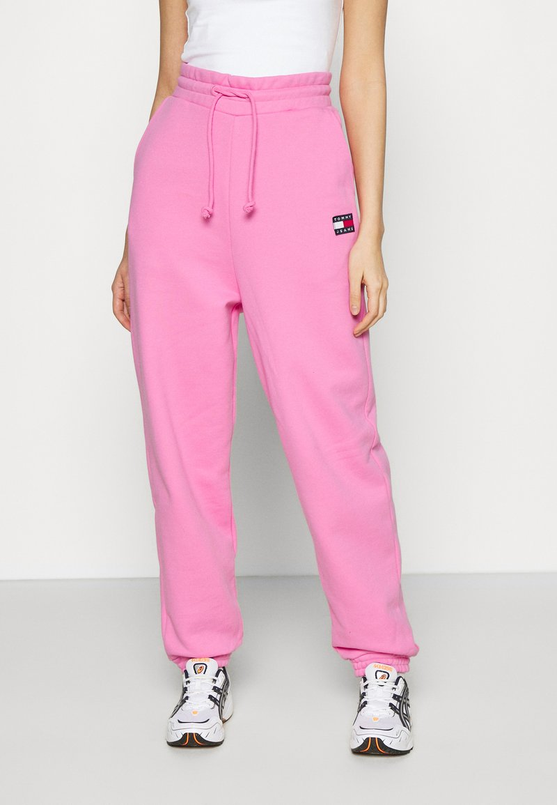 Tommy Jeans - RELAXED BADGE - Pantalon de survêtement - pink daisy