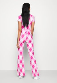 Jaded London - BOOTCUT TROUSER DIAMOND CHECK PRINT - Stoffhose - pink - 2