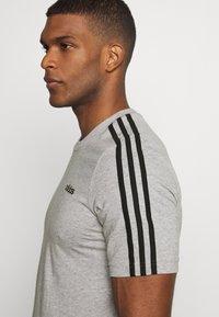 adidas Performance - ESSENTIALS SPORTS SHORT SLEEVE TEE - T-shirt med print - medium grey heather/black - 4
