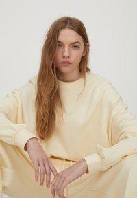 PULL&BEAR - Sweatshirt - yellow - 3