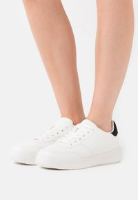 Rubi Shoes by Cotton On Wide Fit - WIDE FIT ALICE - Sneakers basse - white/black - 0