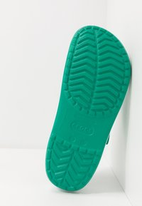 Crocs - CROCBAND UNISEX - Zuecos - deep green/white - 4