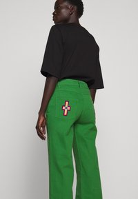 Stieglitz - EVITA PANTS - Flared Jeans - green - 4