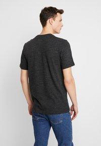 Nike Sportswear - HERITAGE TEE - T-shirt med print - black - 2