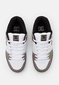 DC Shoes - PURE  - Obuwie deskorolkowe - black/white/brown - 3