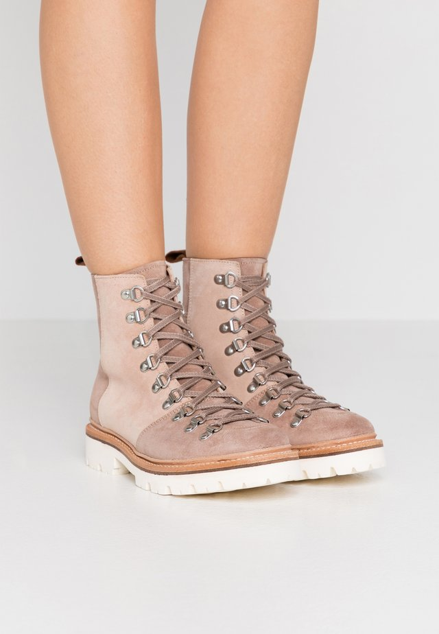 NANETTE - Bottines à lacets - brown/rose