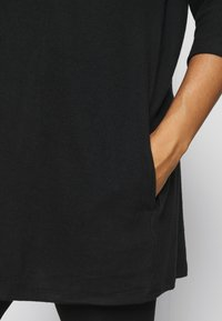 CAPSULE by Simply Be - SOFT TOUCH SIDE POCKET - T-shirts - black - 3