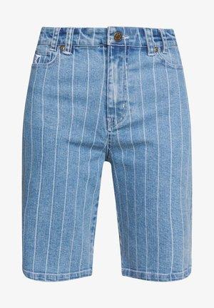 PINSTRIPE - Szorty jeansowe - blue/white