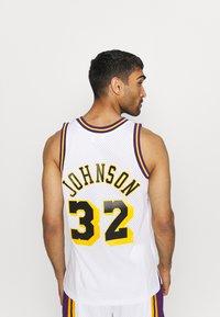 Mitchell & Ness - NBA LOS ANGELES LAKERS RELOAD SWINGMAN MAGIC JOHNSON - Club wear - white - 2