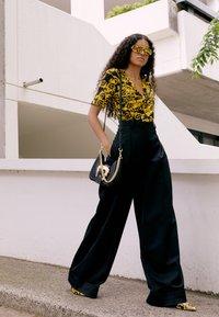 Versace Jeans Couture - BUCKLE SHOULDER BAG - Taška spříčným popruhem - nero - 2