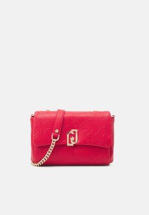 CROSSBODY - Across body bag - true red