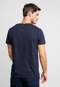 Timberland - CUT & SEW TEE - T-Shirt print - dark sapphire/elephant skin - 2