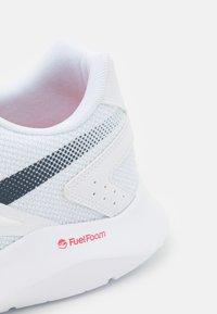 Reebok - ENERGYLUX 2.0 - Zapatillas de running neutras - footwear white/collegiate navy/vector red - 5