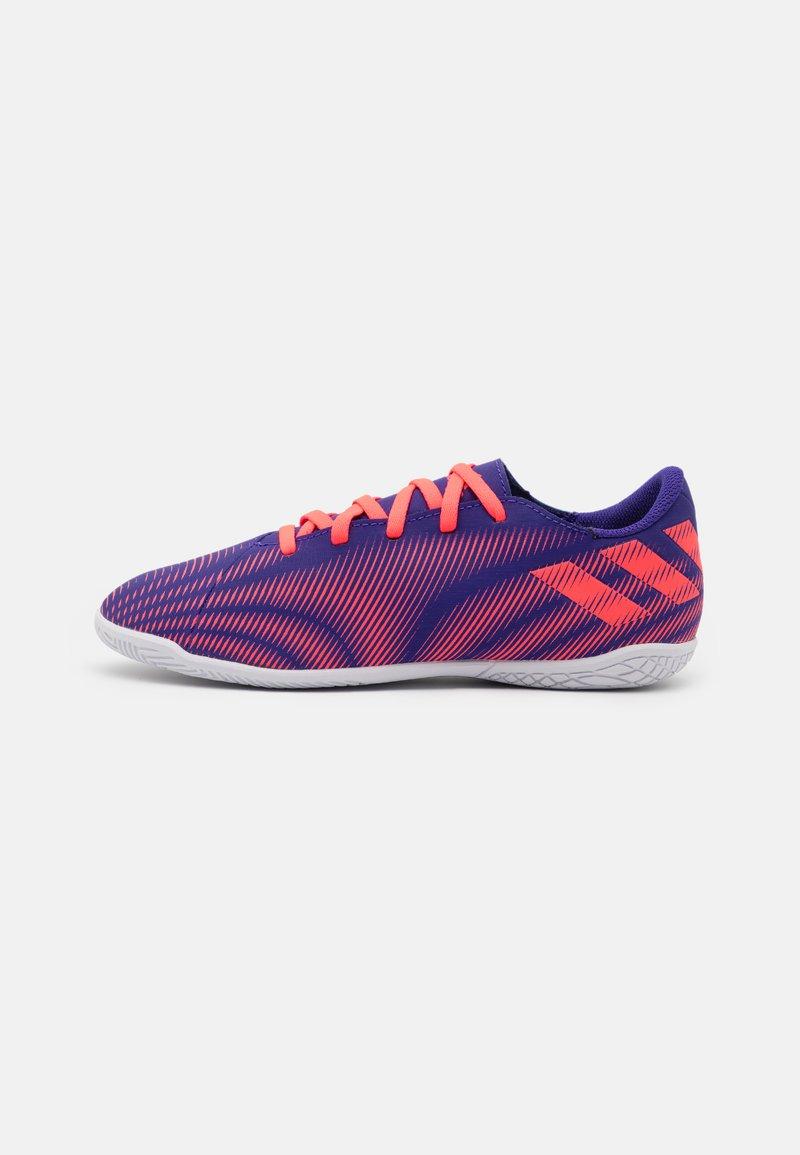 adidas Performance - NEMEZIZ .4 FOOTBALL SHOES INDOOR UNISEX - Indoor football boots - energy ink/signal pink/signal green