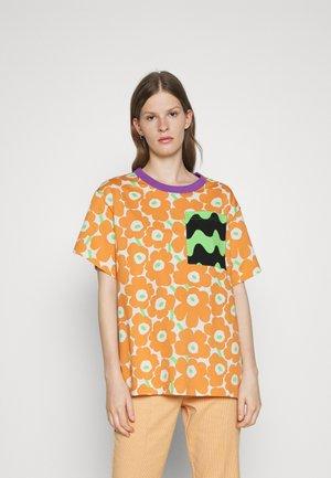 CO-CREATED LUMIKKO  - Print T-shirt - off white/light orange/green