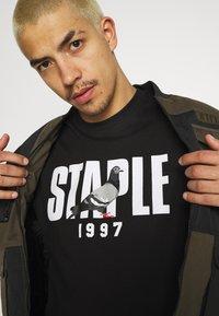 STAPLE PIGEON - 1997 LOGO TEE UNISEX  - Print T-shirt - black - 3