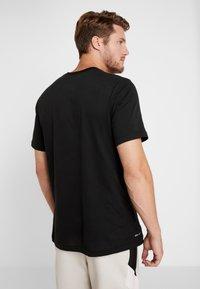 Nike Performance - NBA DRY TEE - T-shirt z nadrukiem - black/white - 2