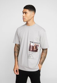 Topman - DISTORTED PHOTOGRAPHIC TEE - T-shirt con stampa - grey - 0
