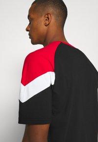 Puma - FERRARI RACE TEE - Print T-shirt - black/rosso corsa - 4