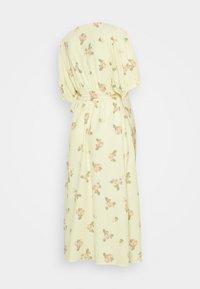 Glamorous Bloom - WRAP AROUND DRESSES WITH TIE DETAIL - Žerzejové šaty - yellow/pink rose - 1