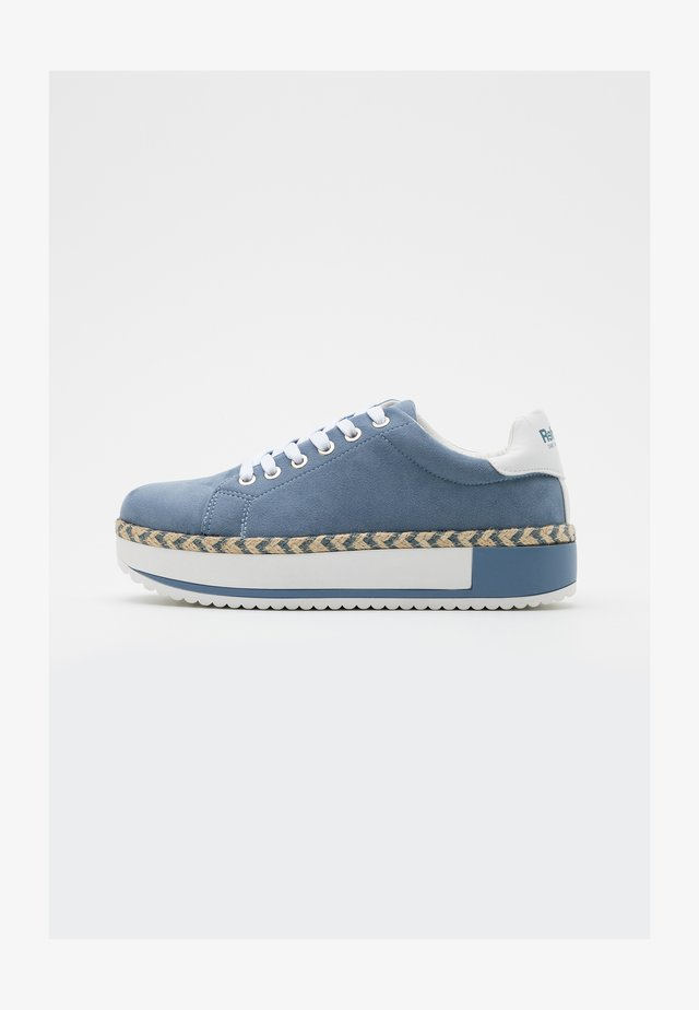 Sneakers basse - jeans